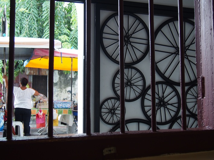 Iron Artwork Guan Seang Cafe, Five Foot Way, Armenian St Penang, Bicycle on the wall, Georgetown ay